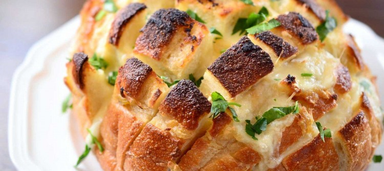 roasted-garlic-and-brie-pull-apart-bread-1200x795